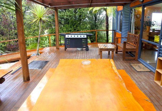 Laughing Kiwi Backpackers: Lodge deck