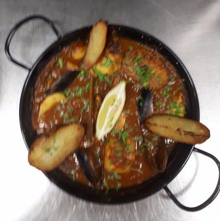 Haux, Frankreich: Zarzuela de poissons et coquillages, un plat traditionnel de la cuisine espagnole.