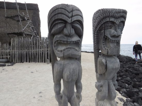 Honaunau, HI: Wooden sculptures