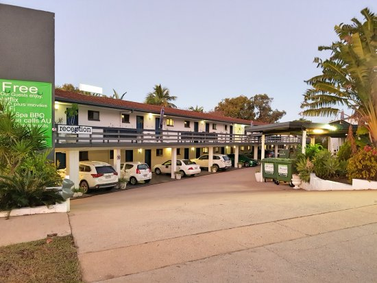 Gladstone, Australia: Entrance car parking front of Motel rooms, private Balcony or patio rear of all rooms.