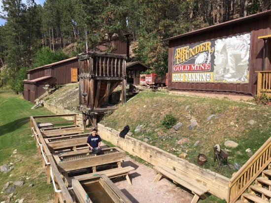 Big Thunder Gold Mine : Panning for gold