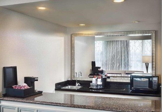 Deerfield, IL: Hospitality Suite - Amenities