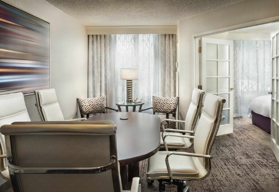 Deerfield, IL: King Conference Suite - Meeting/Dining Area