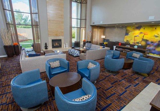 แรนแฮม, แมสซาชูเซตส์: Lobby Living Room and Fireplace