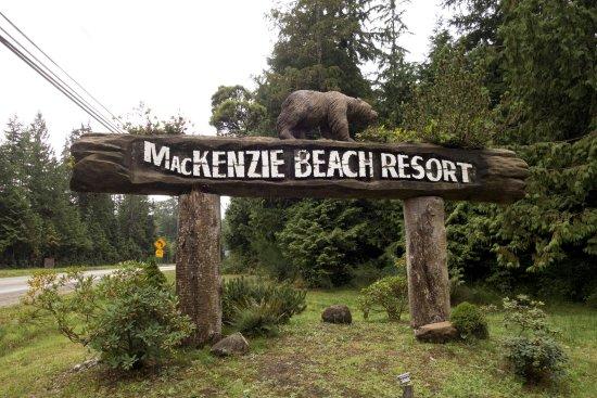 MacKenzie Beach Resort : Entrance off of the highway.