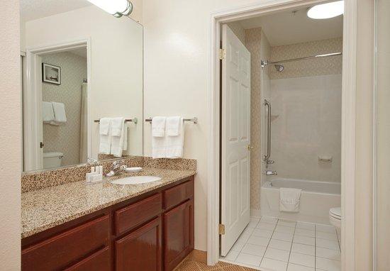 West Springfield, MA: Suite Bathroom