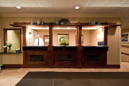 Mayfield, OH: Front Desk