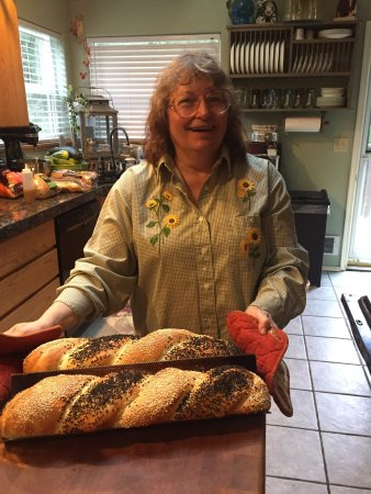 Daybreak Haven B&B: It is a very cozy, warm house with a beautiful view of the river. Shelley is baking bread for br