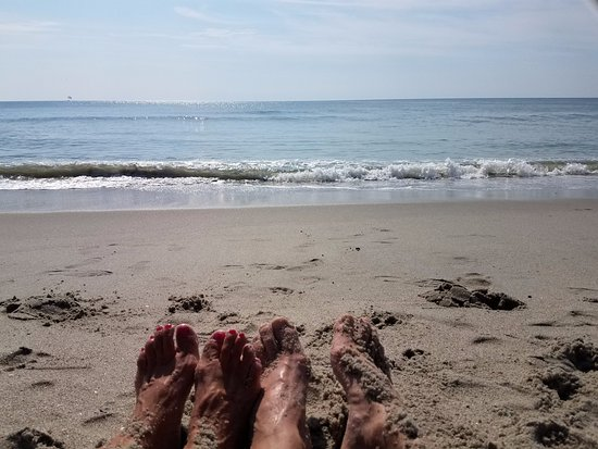 Captains Quarters Resort: 20 toes soaking up the sun! Perfect weather!