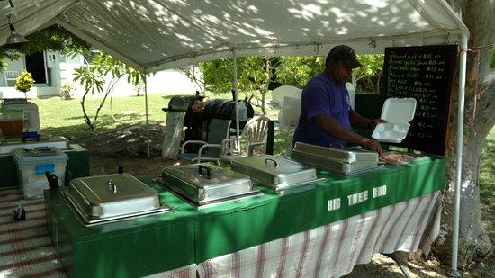 Gun Bay, Gran Caimán: Henry serving up the good stuff!!