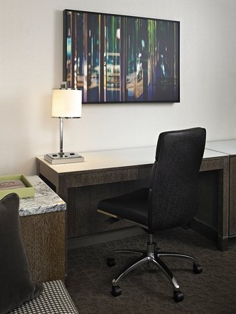 InterContinental Chicago Magnificent Mile: Guestroom Desk Executive Tower
