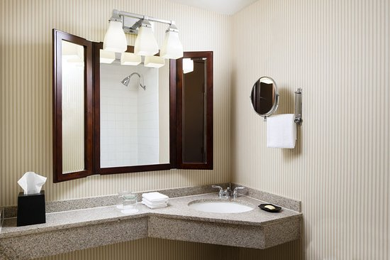 Brookfield, WI: Traditional Guest Bathroom