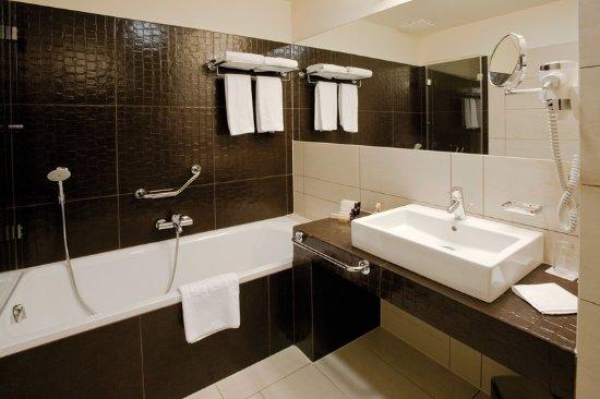 Buda Castle Fashion Hotel: Bathroom with bathtub