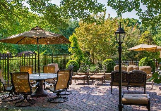 Tinton Falls, NJ: Outdoor Terrace