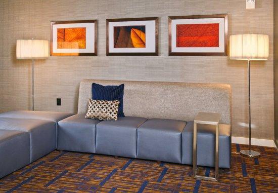 Tinton Falls, NJ: Lobby Seating Area