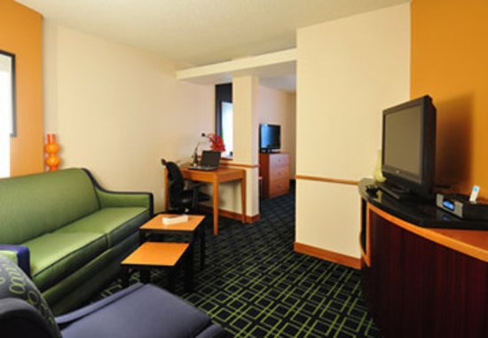 Fairfield Inn & Suites Denver North/Westminster: Executive King Suite Living Area