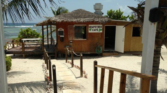 Bodden Town, جراند كايمان: Front walkway to the Grape Tree Cafe