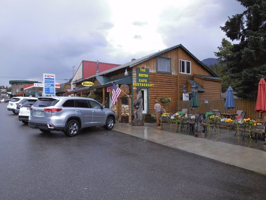 Cooke City, MT: Bistro with outdoor tables