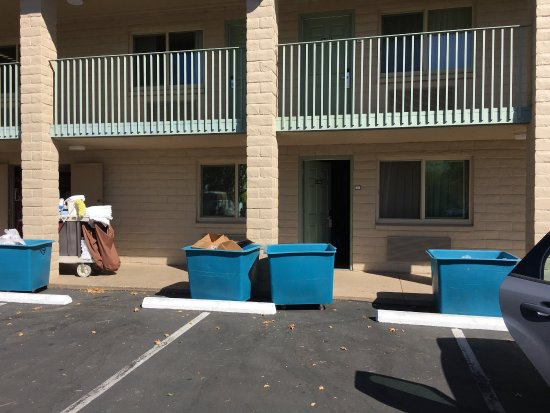 Best Western Plus Hilltop Inn: Smelly trash bins in front of our Room, #128 at the Best Western Plus, Redding, CA. The rolling