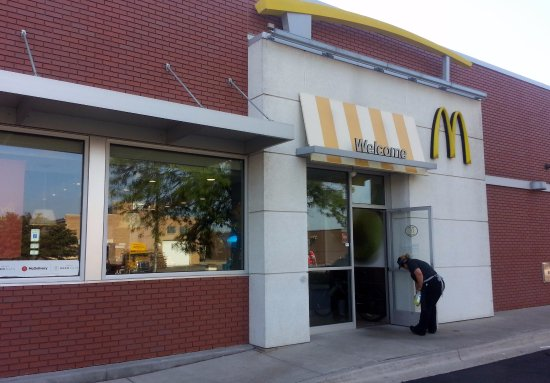 Addison, IL: Entrance to McDonald's from parking lot