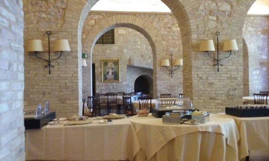 Hotel Giotto Assisi: La bellissima sala-colazione dell'hotel Giotto di Assisi gestita da personale gentile e professi
