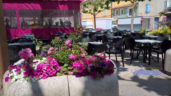 Varages, France : terrasse en Juin