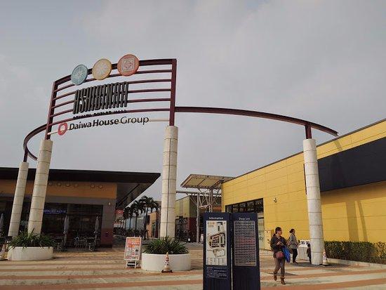 Tomigusuku, Japan: Ashibinaa Okinawa Outlet Mall