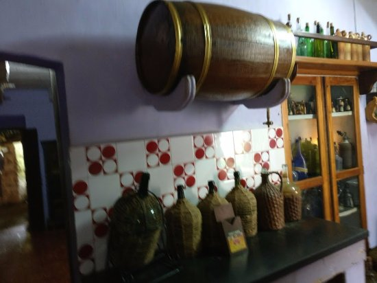 Loutolim, الهند: wine barrels