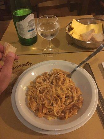 Acqualoreto, Italie : Pasta al ragù 1/2 porzione e pagata mezza porzione