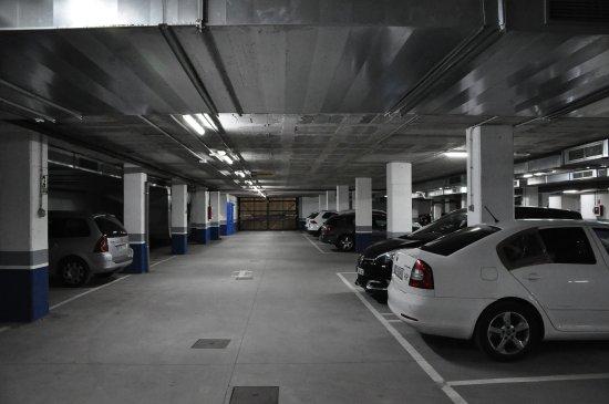 Hotel Ibis Oviedo: Underground car park.
