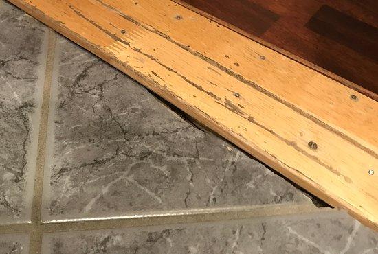 Scandic Bergen City: Cracked exposed tiling in bathroom (razor sharp)