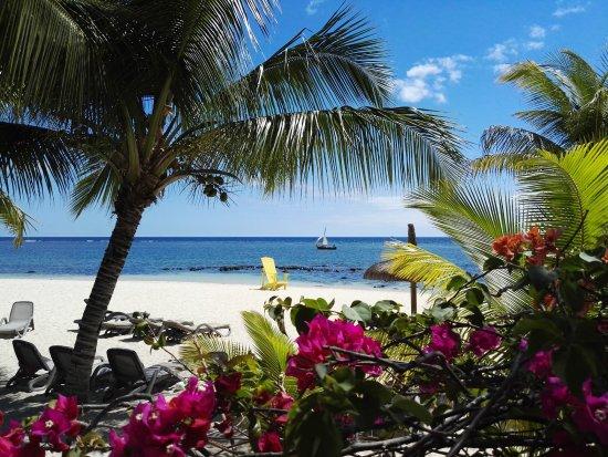 Victoria Beachcomber Resort & Spa: Pirogue sailing past the hotel