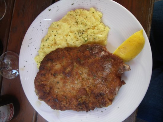 Bad Wimpfen, Germany: Schnitzel mit Kartoffelsalat, die Soße wurde extra gereicht-sehr positiv-