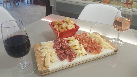 Niort, France: Bcp de fromages de la région et des variétés que l'on ne connaît pas Bcp!!