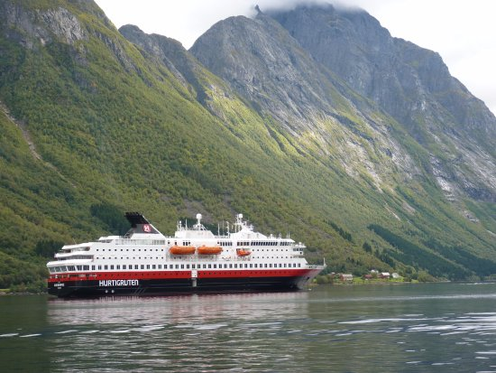 Stokmarknes, Noruega: Nordnorge Ship in Fjord