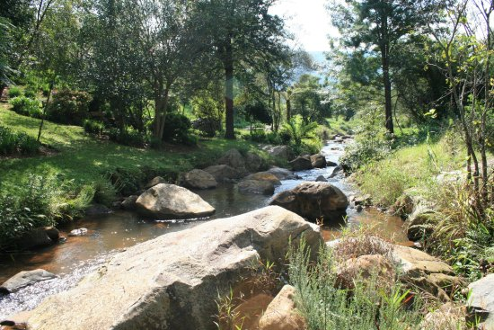 Sabie, Güney Afrika: Mountain Stream running through the property in front of chalets