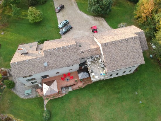 Wiarton, Canadá: Aerial view of back of B&B