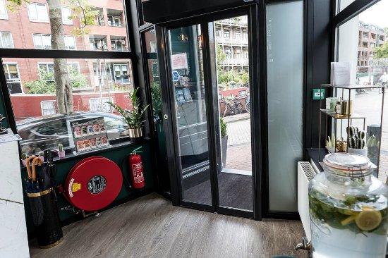 Linden Hotel: Front door of hotel
