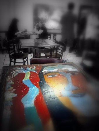 Модесто, Калифорния: Pinturas en cada mesa