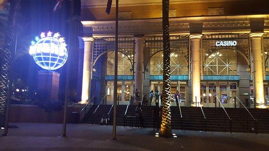 Harrah's Casino New Orleans: Harrah's entrance