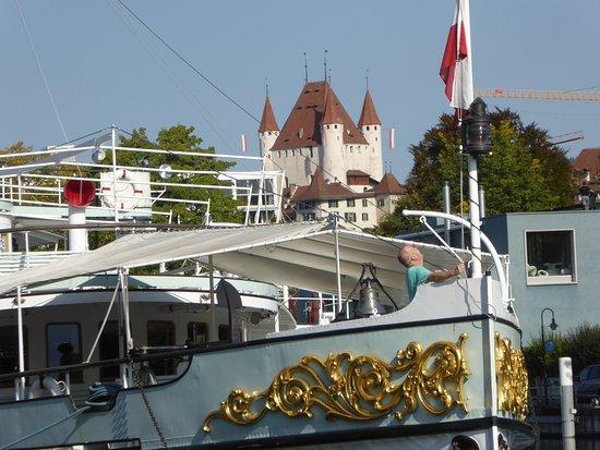 Blümlisalp mit Schloss Thun