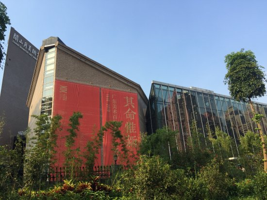 Shenzhen Lianhuashan Park: 位於深圳福田區北方,佔地廣大的蓮花山公園。入口處有一幢關山美術館,展出近代繪畫作品,可以前去觀賞。公園裡有個人工湖,四圍綠樹陳蔭、花木扶疏、白鷺鷥飛舞湖面,行程衣服美麗動人的風景。紀念廣場中,