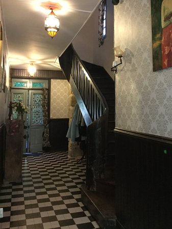 Maison du Magnolia: L'escalier montant aux chambres