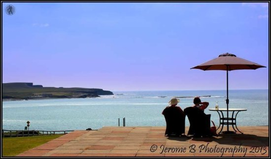 Kilkee, Irlanda: Guests enjoying the sunshine and view from our terrace