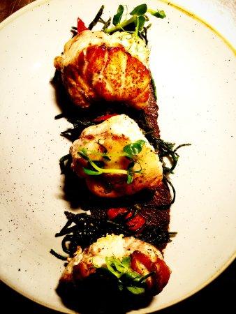 Kilkee, Irlanda: Pan-seared monkfish with black olive tapenade, fava beans, sundried tomato and samphire.