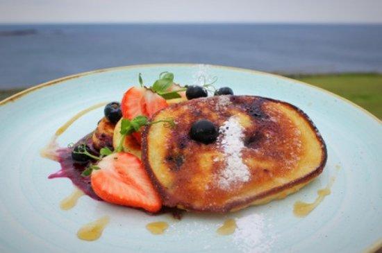 Kilkee, Irlanda: Fluffy blueberry pancakes from our breakfast menu