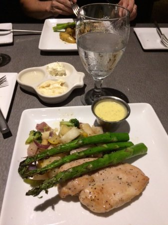 Venue Restaurant & Lounge: Grilled Chicken with Asparagus and Bearnaise Sauce