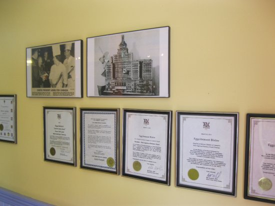 Meaford, Kanada: Plaques, proudly displayed, at the Eggcitement Bistro's front entrance wall.
