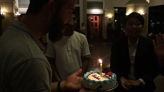 Angkor Miracle Resort & Spa: hall del hotel dándome la tarta de cumpleaños.