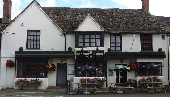 Deddington Arms Hotel: The frontage of this delightful hotel